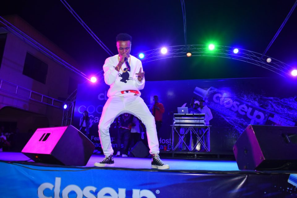 Humble smith entertaining the crow at Club Joker at the Closeup Cool Breeze city party in Benin Edo State 002 960x640