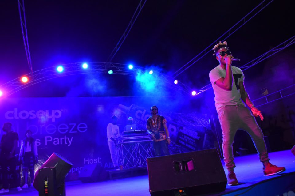 Reekado Banks entertaining the crow at Club Joker at the Closeup Cool Breeze city party in Benin Edo State 960x640